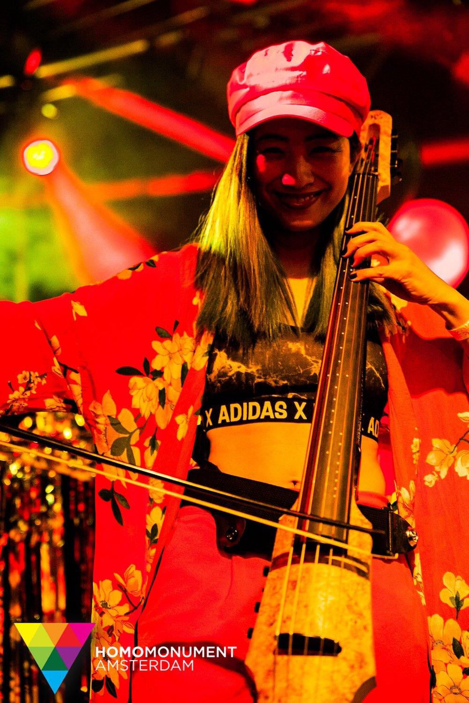 kings-night-festival-2018-homomonument-the-wong-janice-cellist-photo-by-prins-de-vos-ns-design-CR5-electric-cello-4.jpg