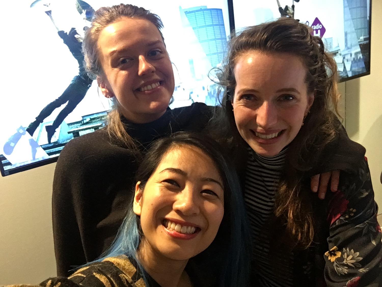 The-Wong-Janice-classical-cellist-voor-de-dag-Micha-Windgassen-host-Carmen-Doorman-producer-NPO-Radio-4-Hilversum.jpg