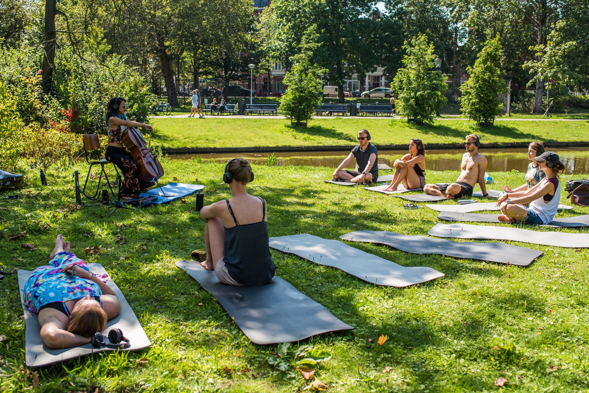 Outdoor edition of Cello Meditatie at Tropisch Oost, in Oosterpark (photo by Denise Motz)