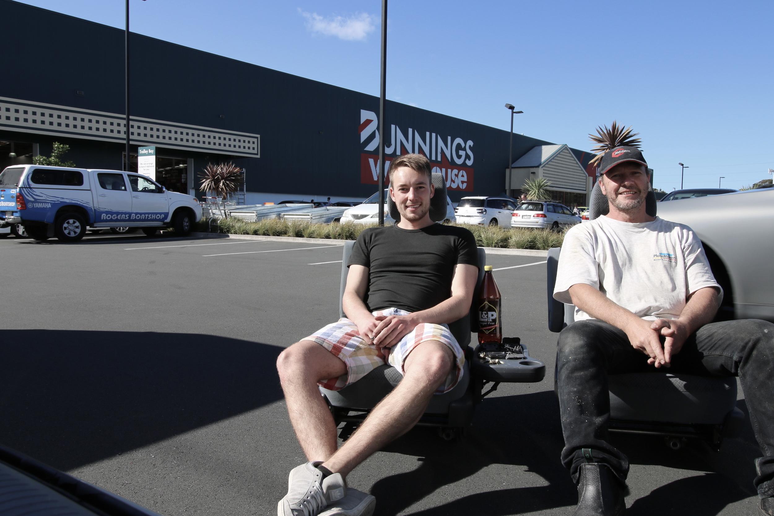 Marc und ich bei Bunnings auf dem Parkplatz