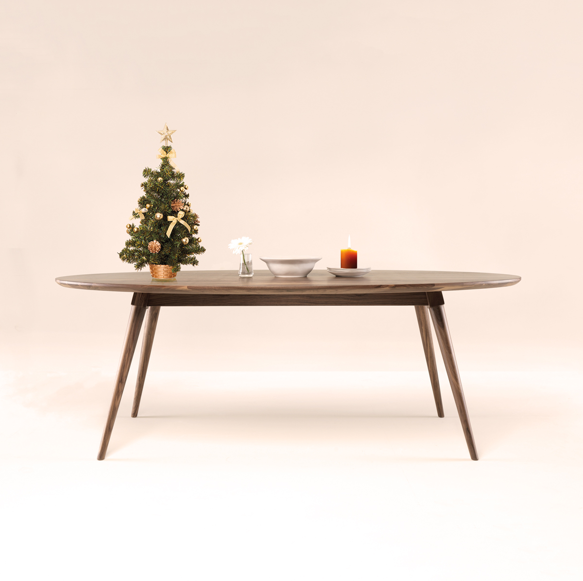 The Christmas dinner is the moment to reunite your family and close friends. There is nothing better than an oval table to enjoy these special moments.
