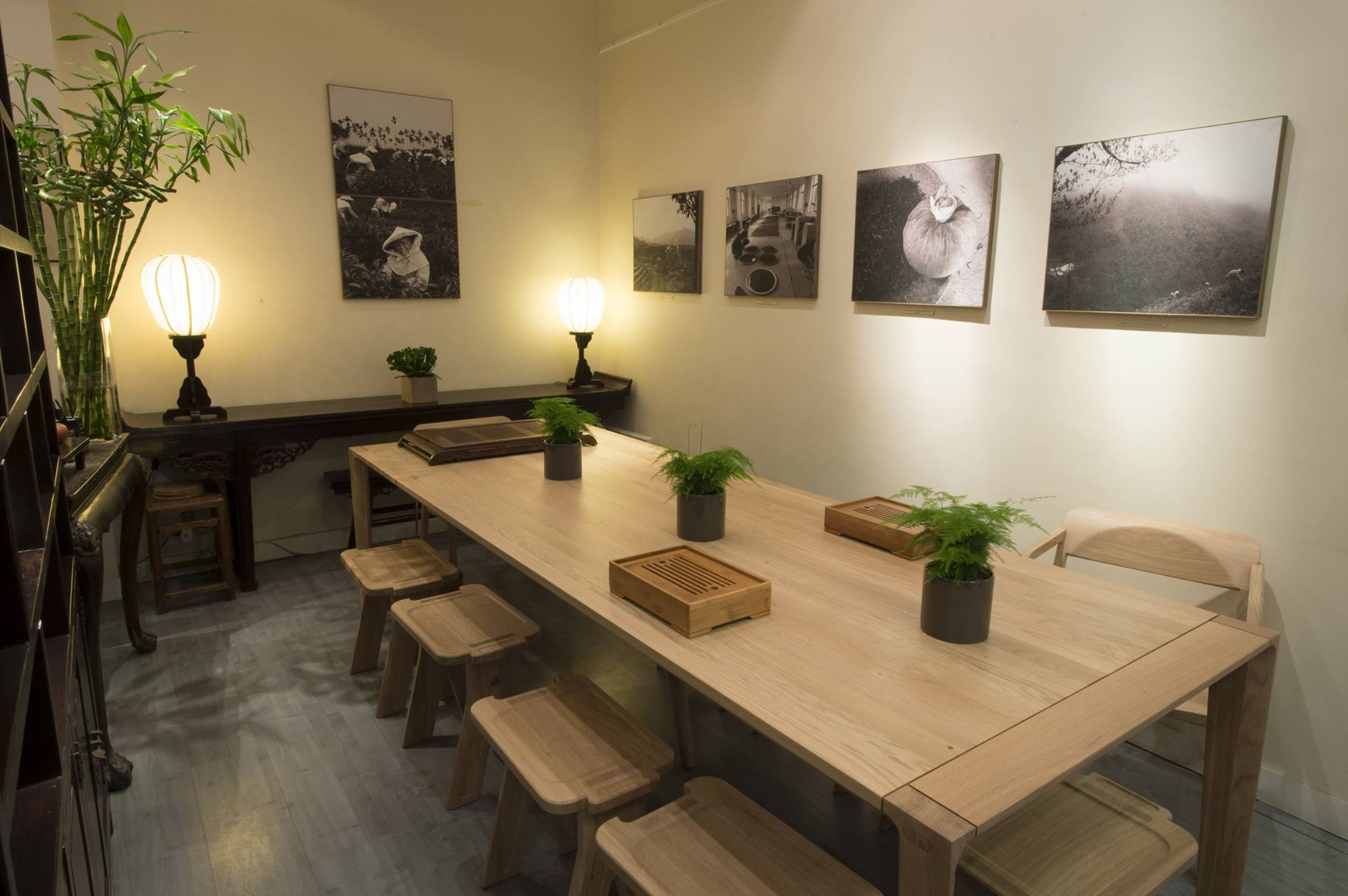 Located in Paris,  Terre de Chine  is a tea house inspired in the traditional tea houses from China with  contemporary wooden furniture  from  WEWOOD .