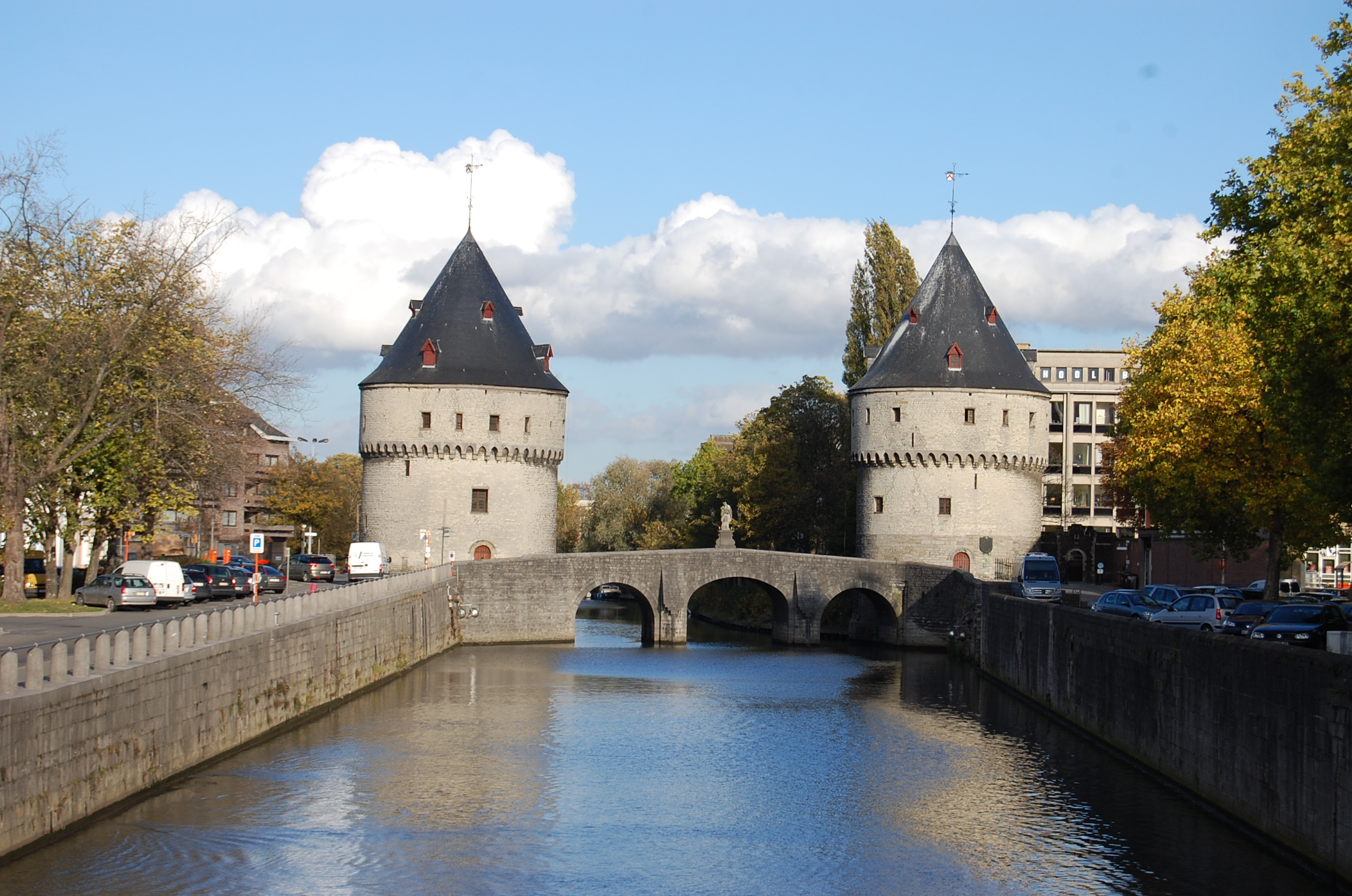The towers (Broeltorens) are the city's most important icon, remaining the medieval city walls. The two towers are linked by a bridge across the Leie.