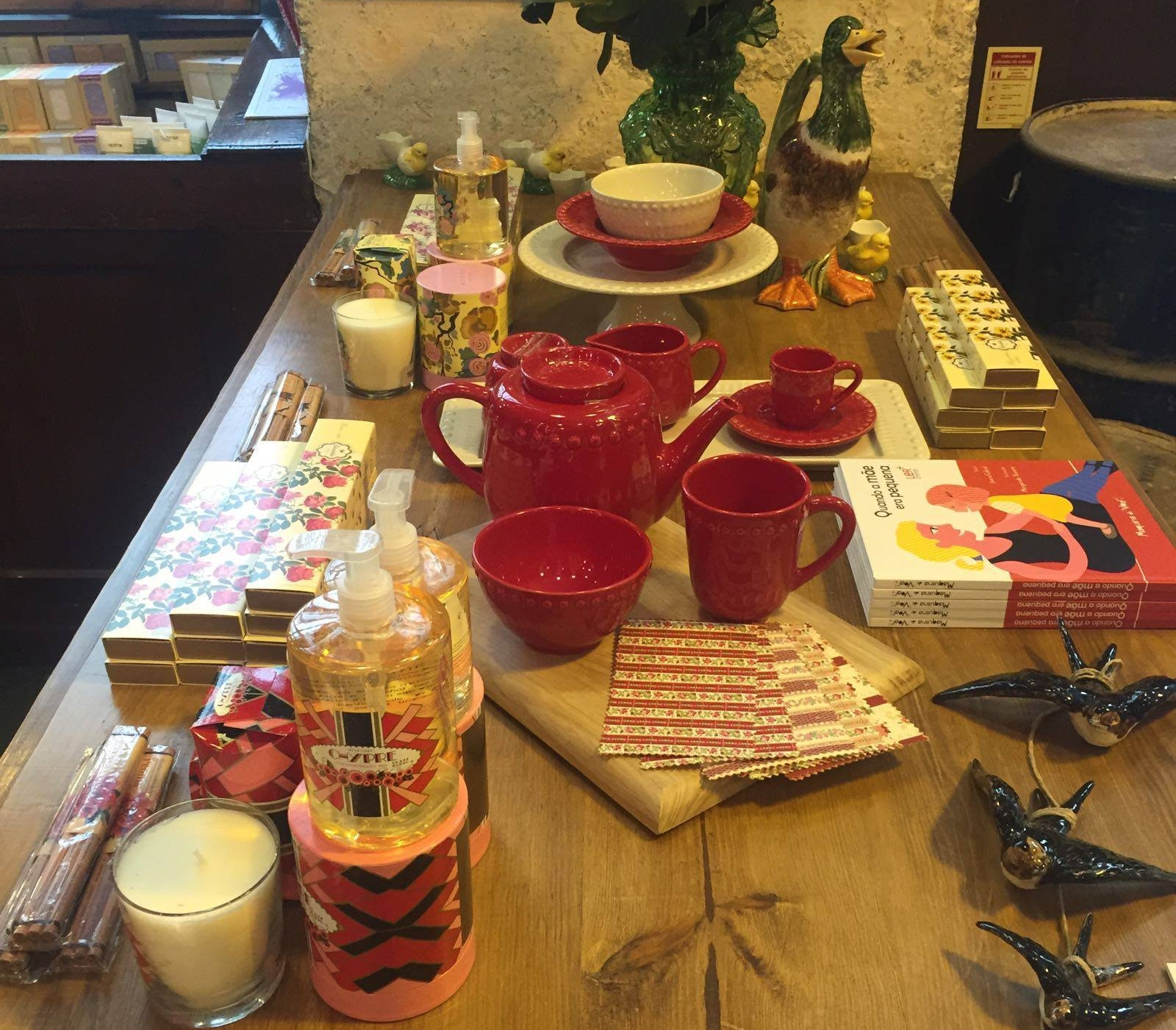 A VIDA PORTUGUESA  - PORTO  In this space, you'll find exclusive products of Portuguese origin, such as: soaps from Ach. Brito and Confiança, small swallows from Bordalo Pinheiro, pencils from Viarco or notebooks from Emílio Braga and Serrote.