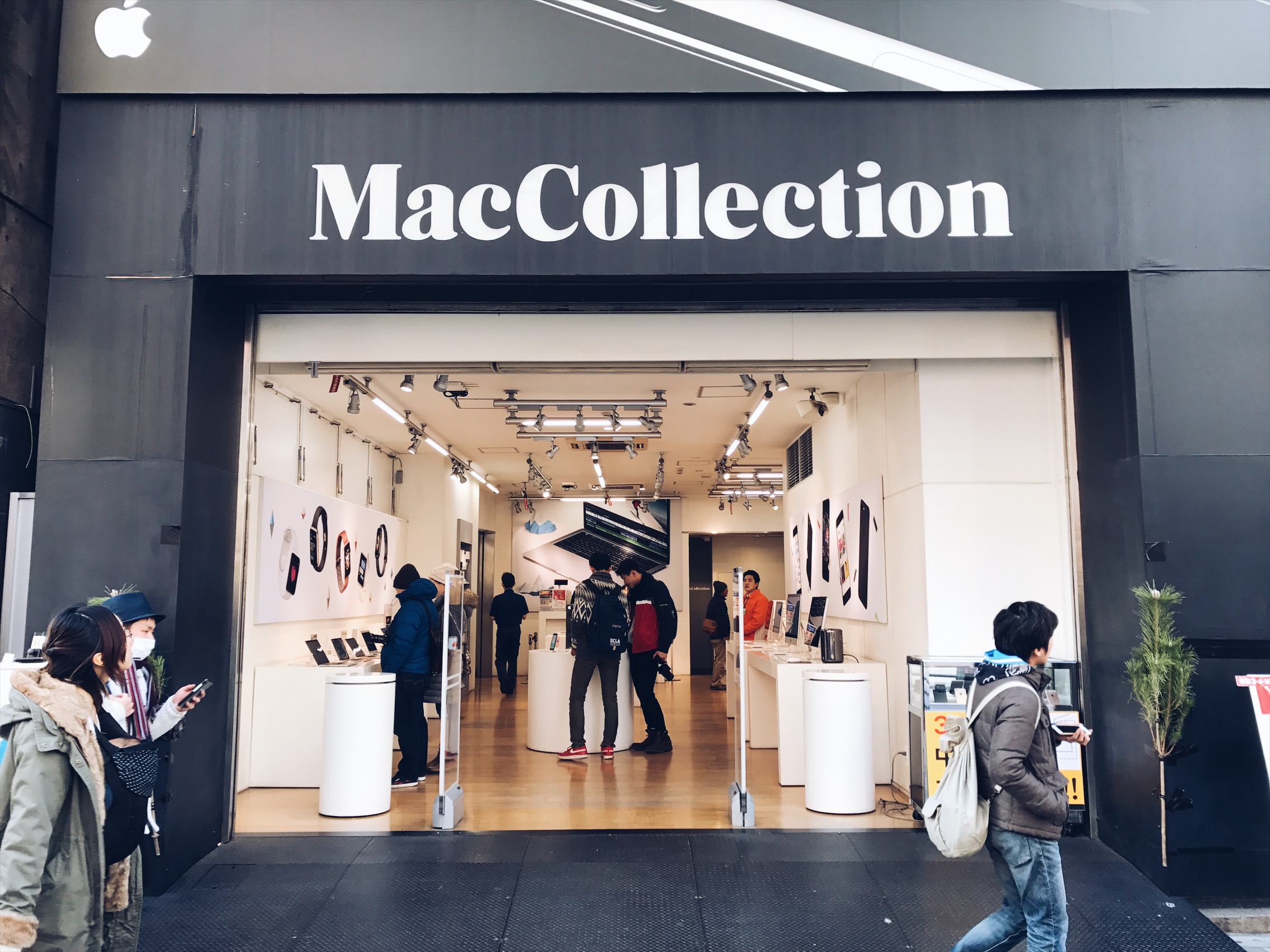 Mac Collection huh? Looks like an Apple store, I'm still mad at you Apple.