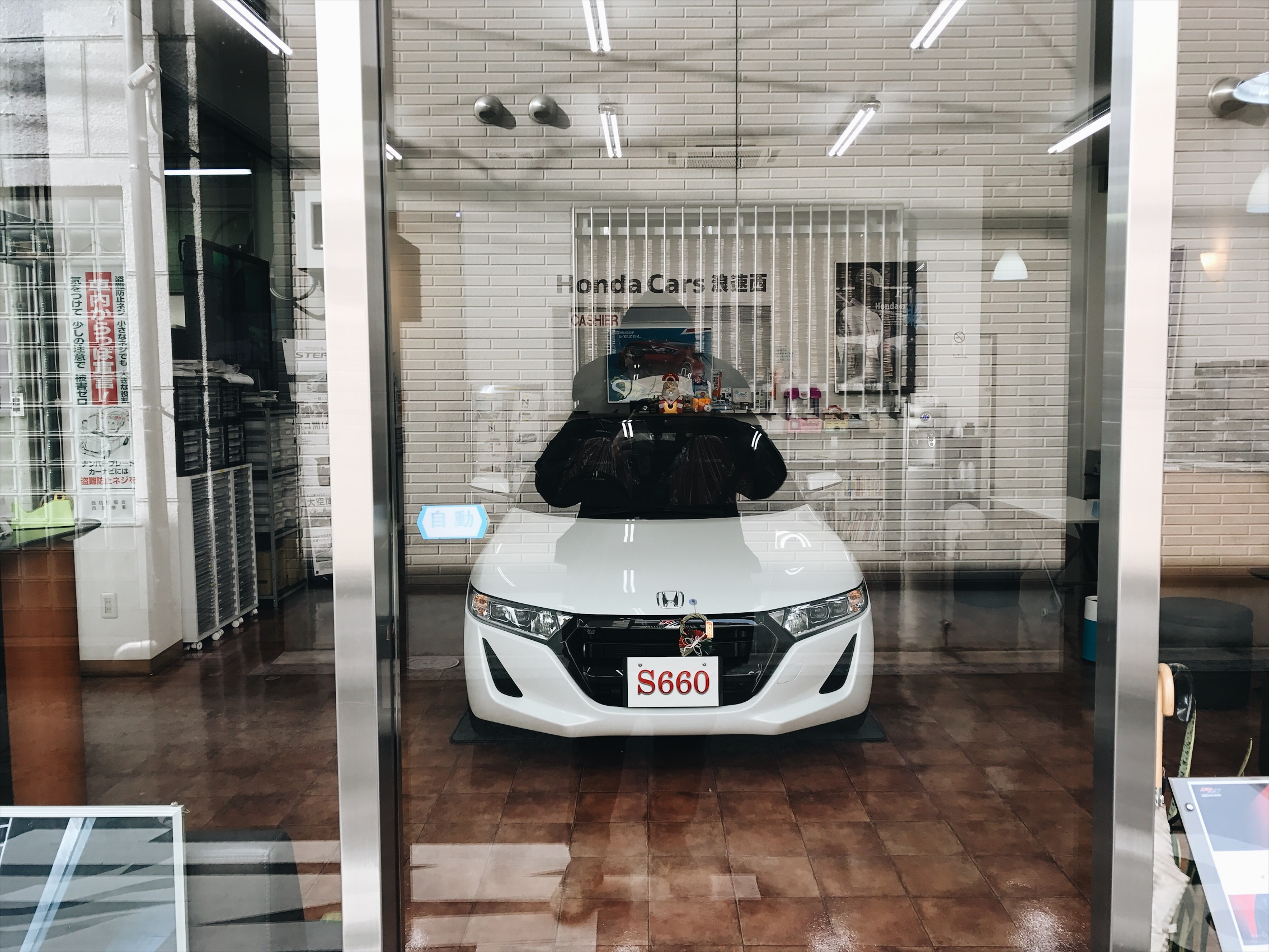 Spotted this Honda s660 at a Honda building. Not sure if it was service shop or a dealership, maybe both.