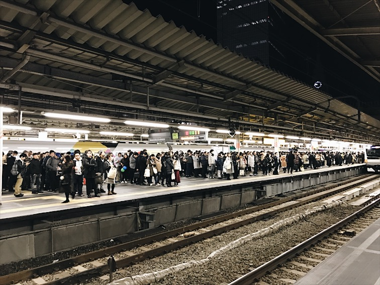 OMG look at all those people waiting to get on the train!!!