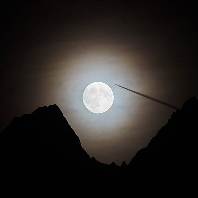 The #moon the #mountain and the #plane  #tirol #visittirol #kaunergrat