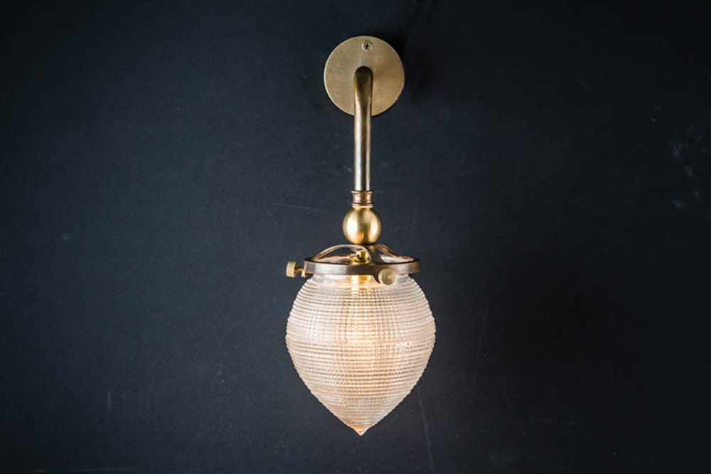 BRONZE_AND_CROSSCUT_GLASS_SURGICAL_WALL_LIGHT02.jpg