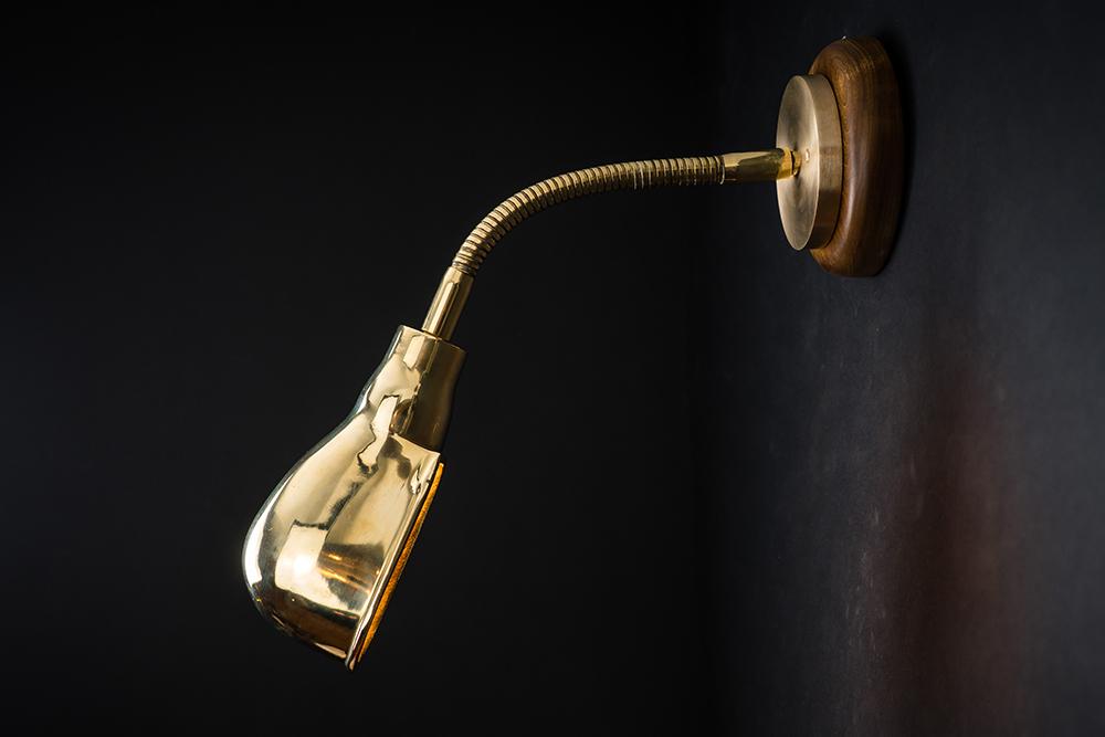 Adjustable goosenecked brass wall light 04.jpg