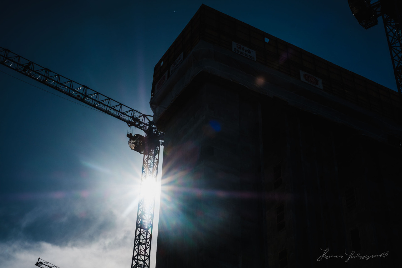 The sun catches one of the cranes on a building site in the docklands, check out more photos on the blog buff.ly/2dqQjXt