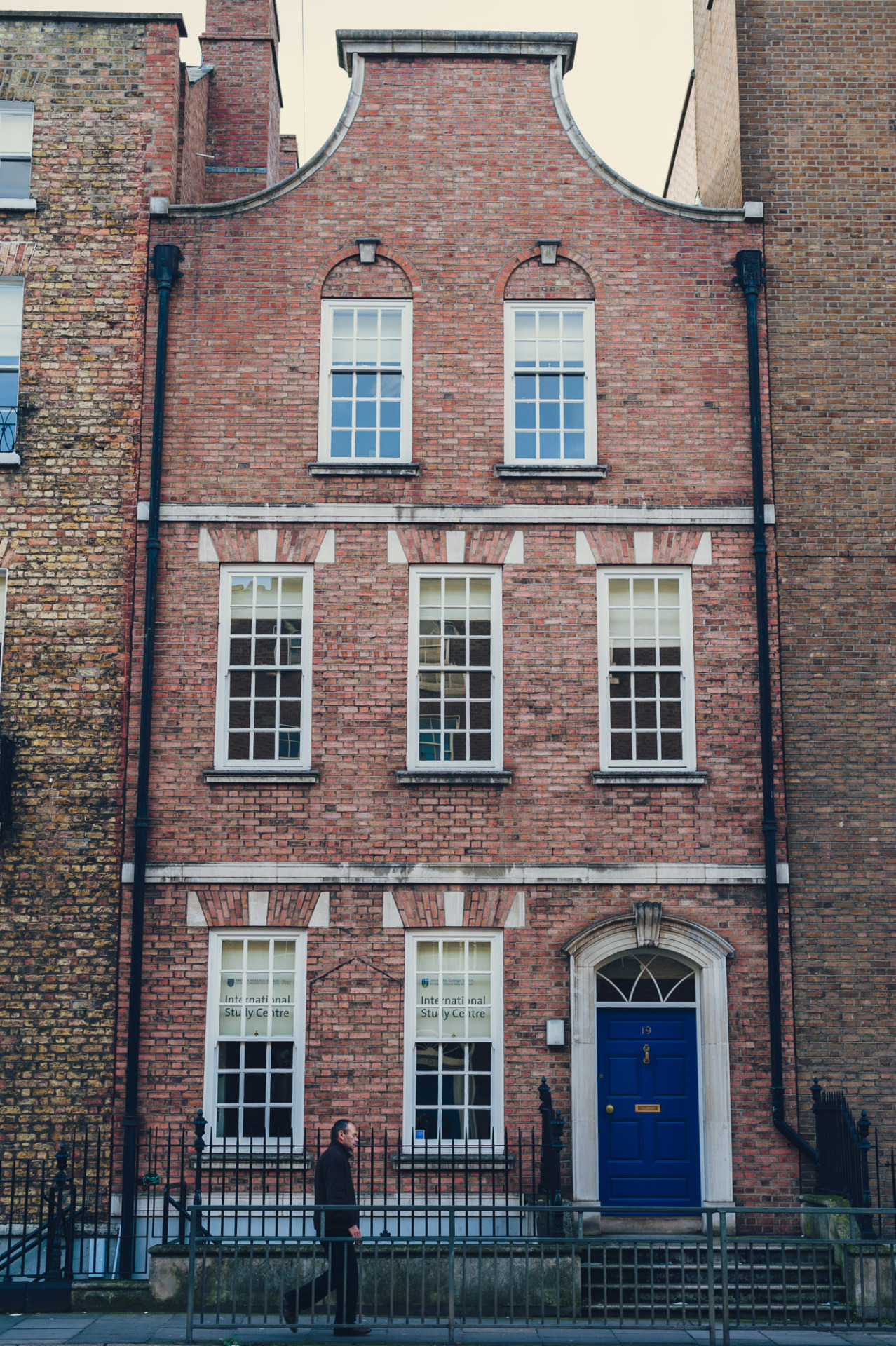 I love this Beautiful old narrow building on Leeson Street. There are a lot of these narrow little buildings around Dublin if you keep an eye out for them. There's another even narrower one on the quays between the ha'penny bridge and O'Connell bridge