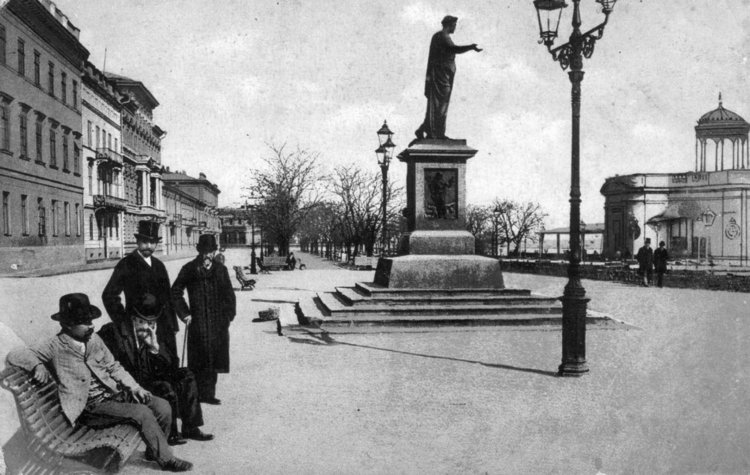 The monument to the Duc de Richelieu on Prymors'kyi Boulevard. Postcard from the beginning of the twentieth century.