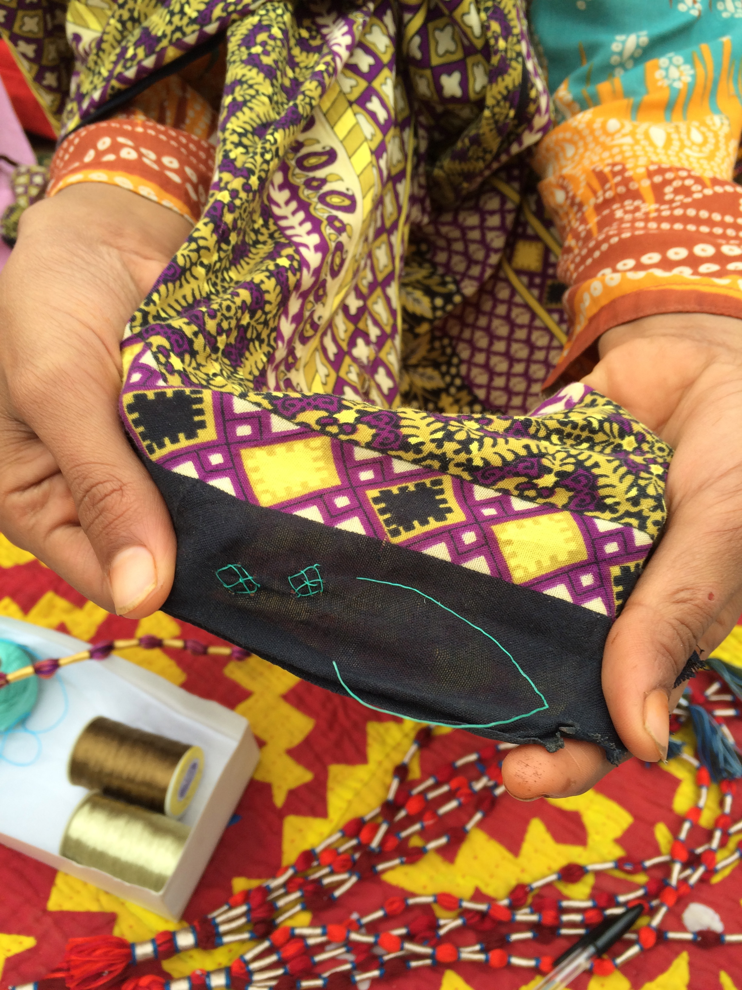 AGJ village: sampling with nylon yarns in embroidery