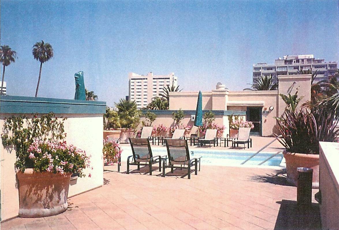 Rooftop Pool001.jpg