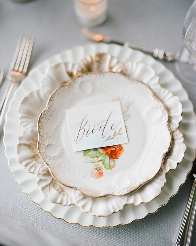 I love the simplicity of a hand-dipped flat place card. Featured on @rockymtnbride