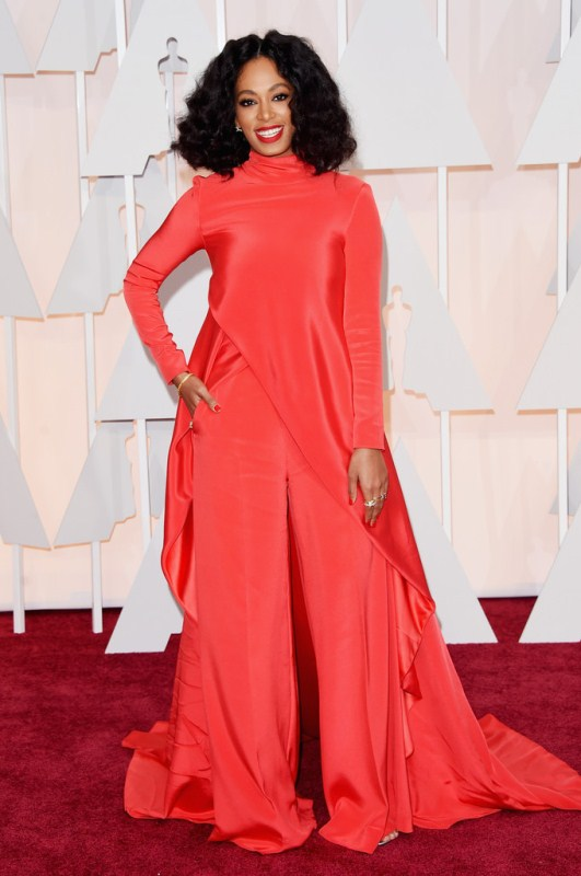 Donning a red top and trousers from Christian Siriano's Fall 2015 collection, Solange Knowles flashed a confident smile. It's different to say the least, but the turtleneck made it a bit awkward. Had the neckline been scooped, it would've shown declotage and made for an even more beautiful look