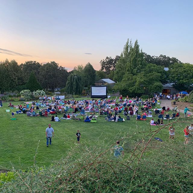 Another reason to love Silverton. Outdoor movies in the garden. @oregongarden . #realestatewithdevito #realestateagent #movies #lovewhereyoulive #outdoormovies #silverton