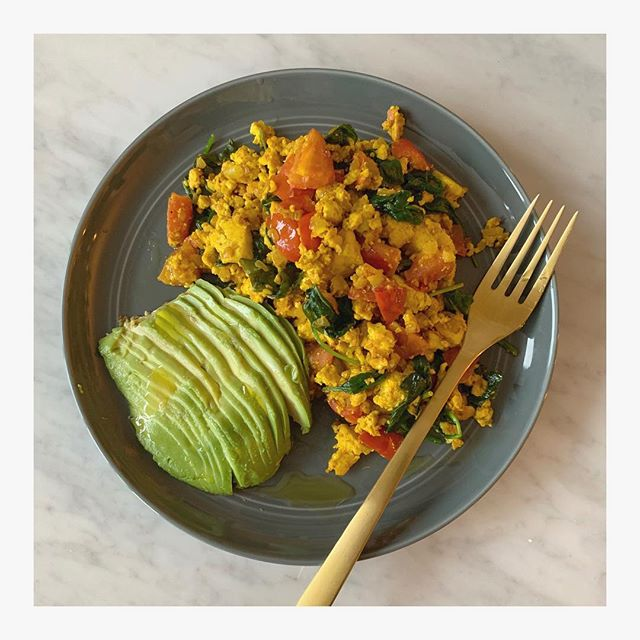 I never thought I would find a savory breakfast that would replace eggs but I think I just did! When I was in California I tried some scrambled tofu at @erewhonmarket and loved it. I attempted to replicate what I ate and I think I may just have done it! This is a perfect protein rich meal after an intense workout and it's SO easy to make. I posted the recipe on my blog. Click the link in my profile to make it yourself! 🥑