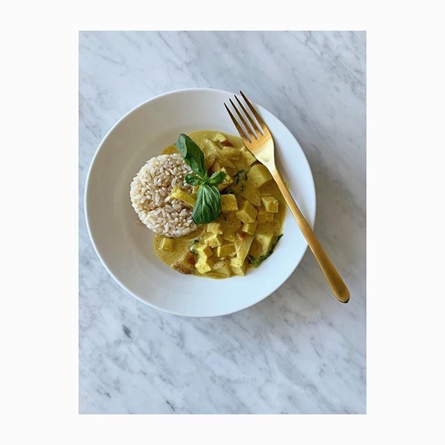 Thai coconut curry and yes it tastes as good as it looks! This is the perfect dish to make on a sunny Sunday afternoon. 💛