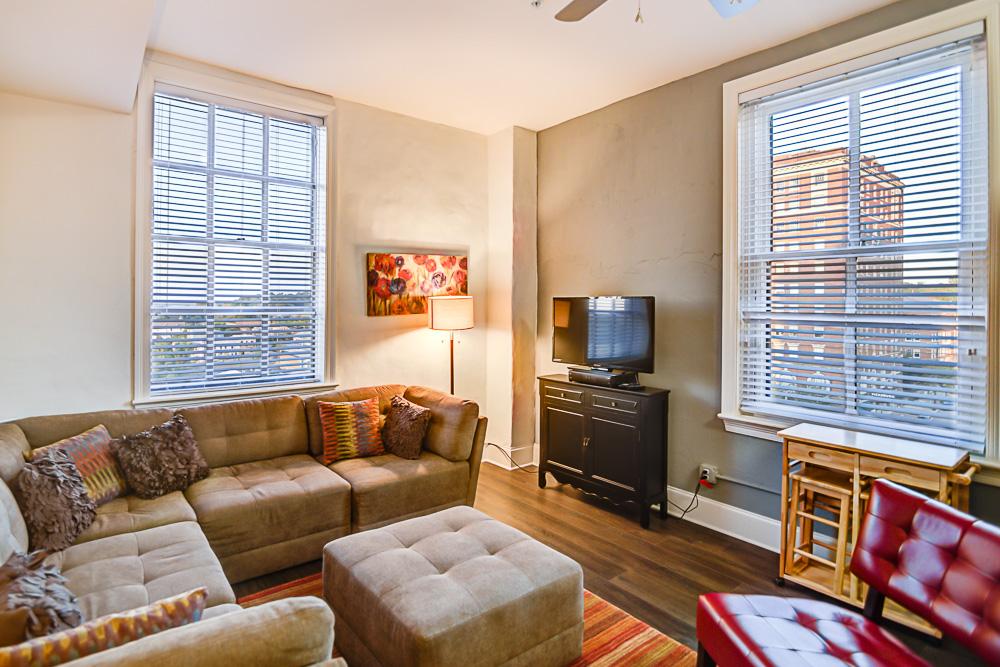 07 Living Room & Views.jpg