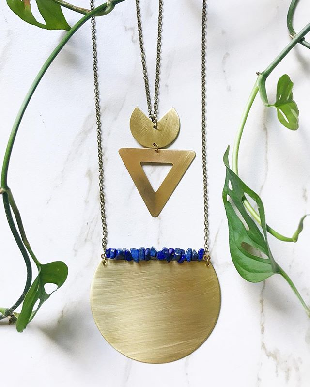 Enjoying this color palette of rich blue lapis lazuli stones, shiny gold brass & green vines! 💙🌿