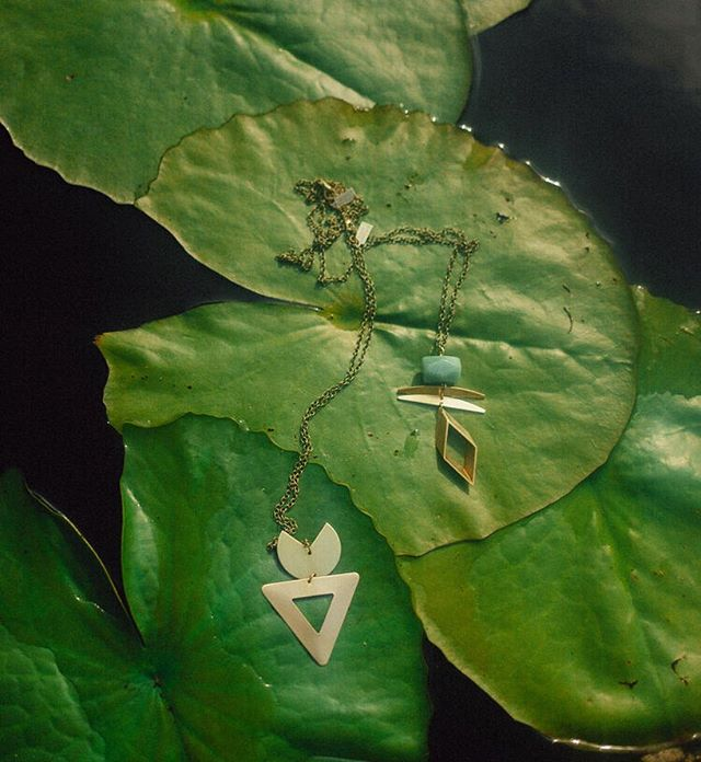 It's been stormy out here on the Oregon coast and I'm ready for warm spring days & planting flowers! In the meantime, I'll be inside making jewelry and dreaming about lily pads like these! 🌿 Photographer: @sugarmilkk