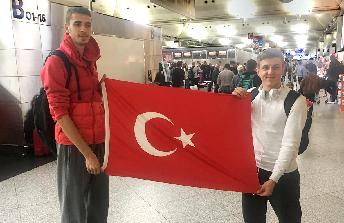 Amerika Yolcuğu Heyacanı Havaalanında Bayrağı Açtırdı