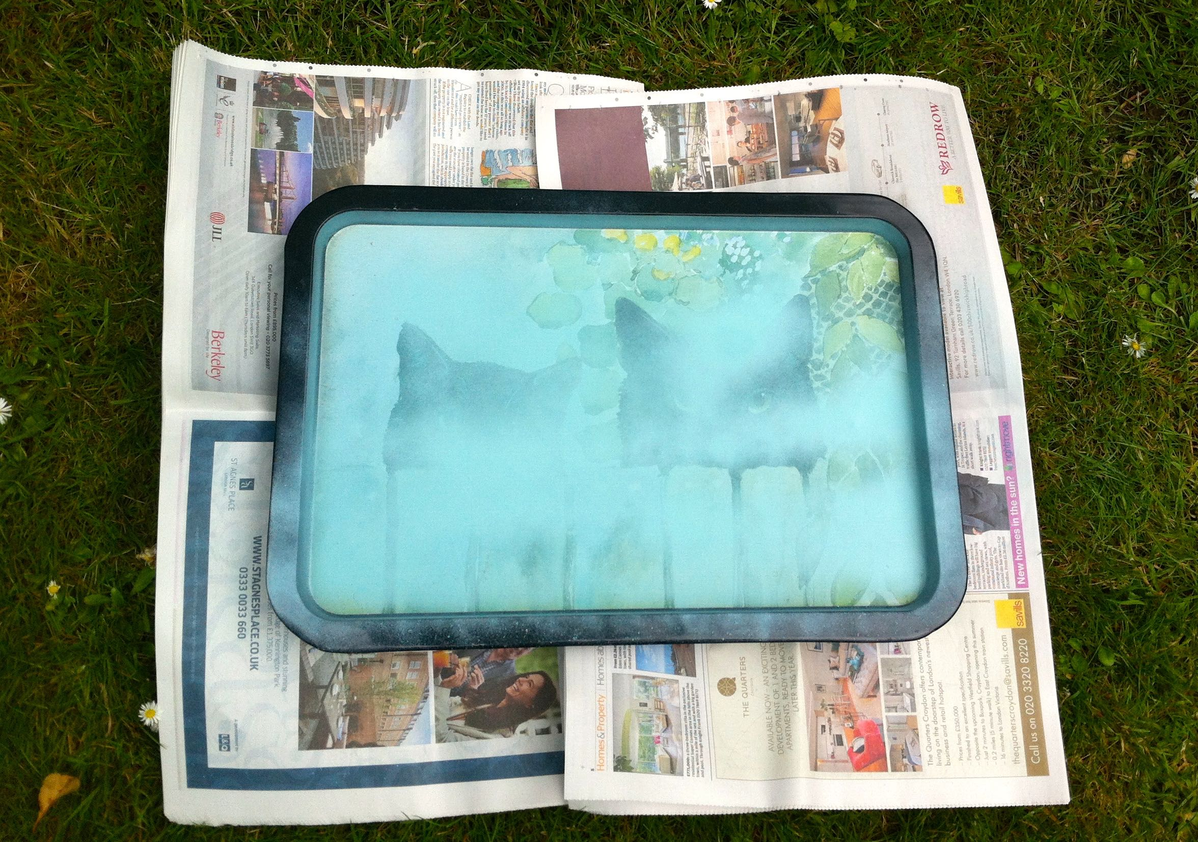 Spraying the metal tray with Pinty Plus Chalk Paint Spray