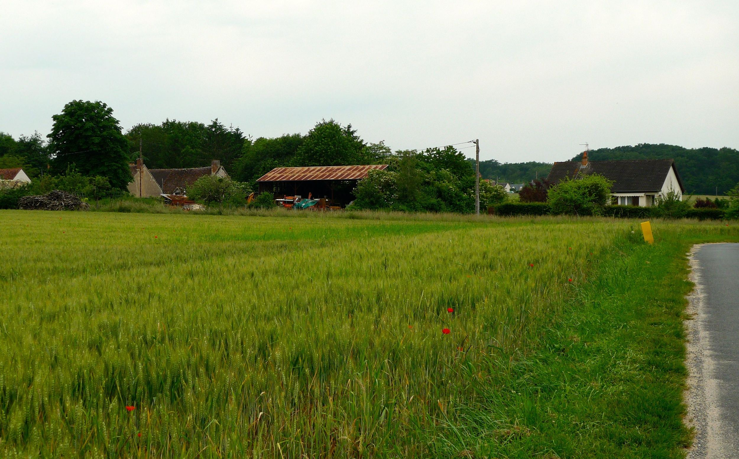 The quiet village close to chateau de beauregard
