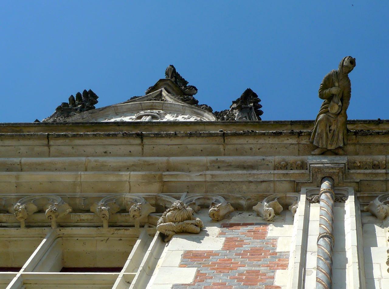 Looking up at the château de blois