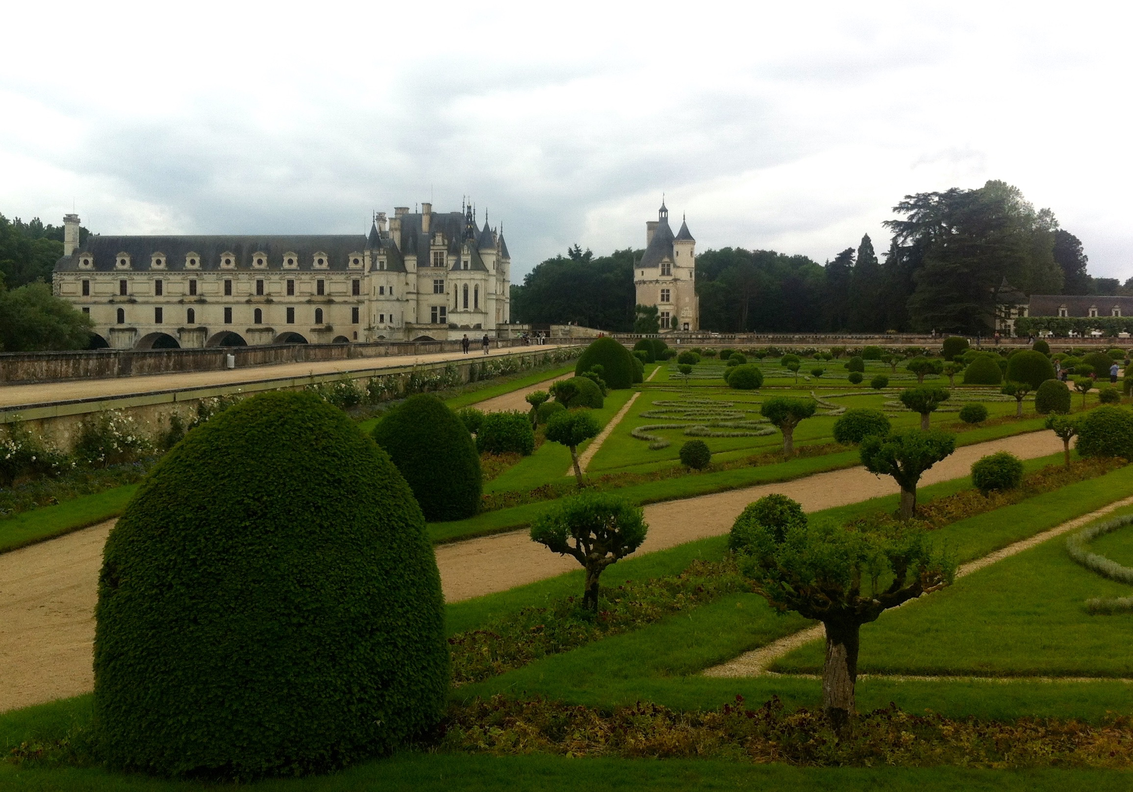 Looking towards the chateau de chenonceau over diane de poitiers garden from the raised walkway