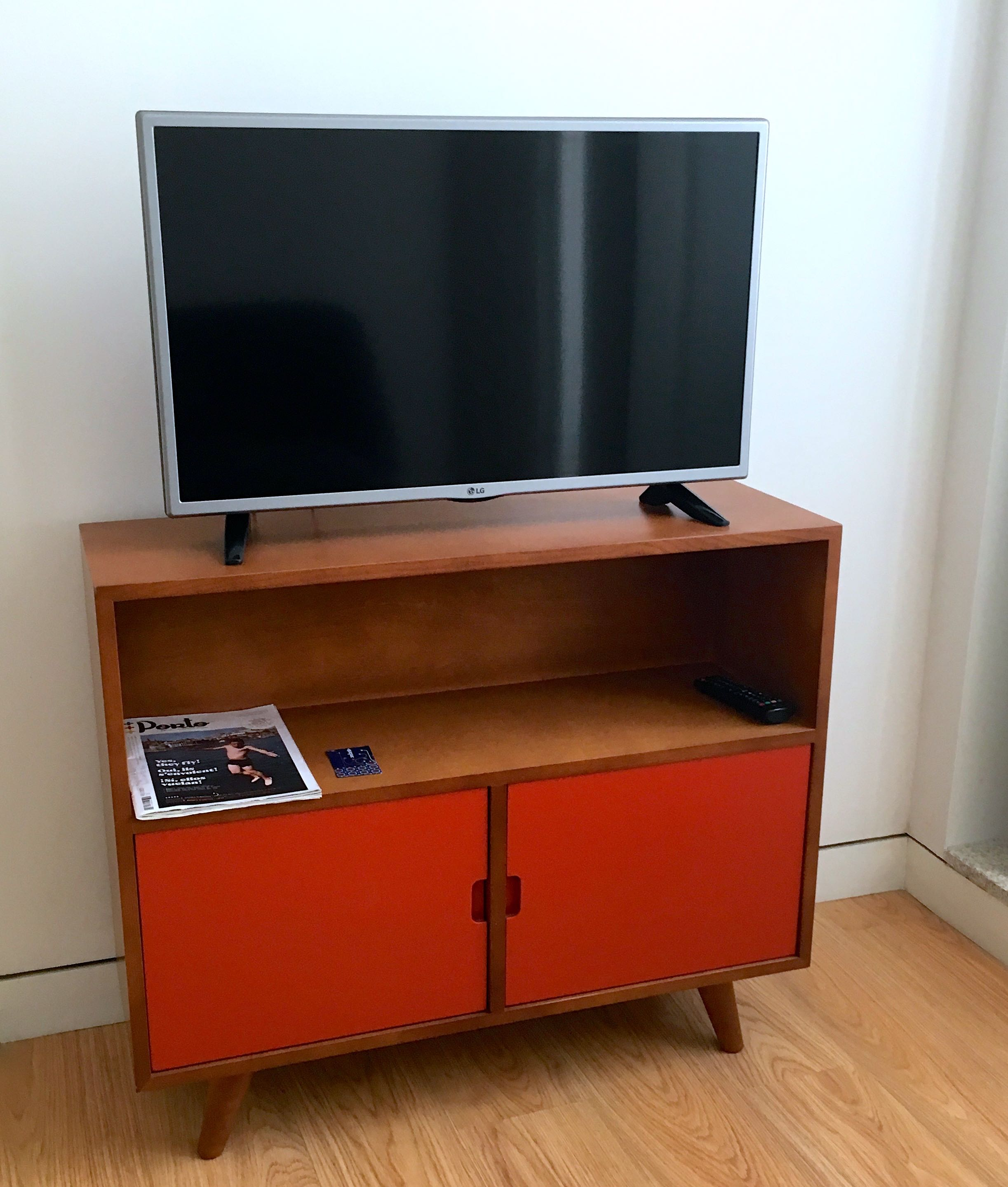 mid century modern furniture - I'm not usually a fan - but it really worked here