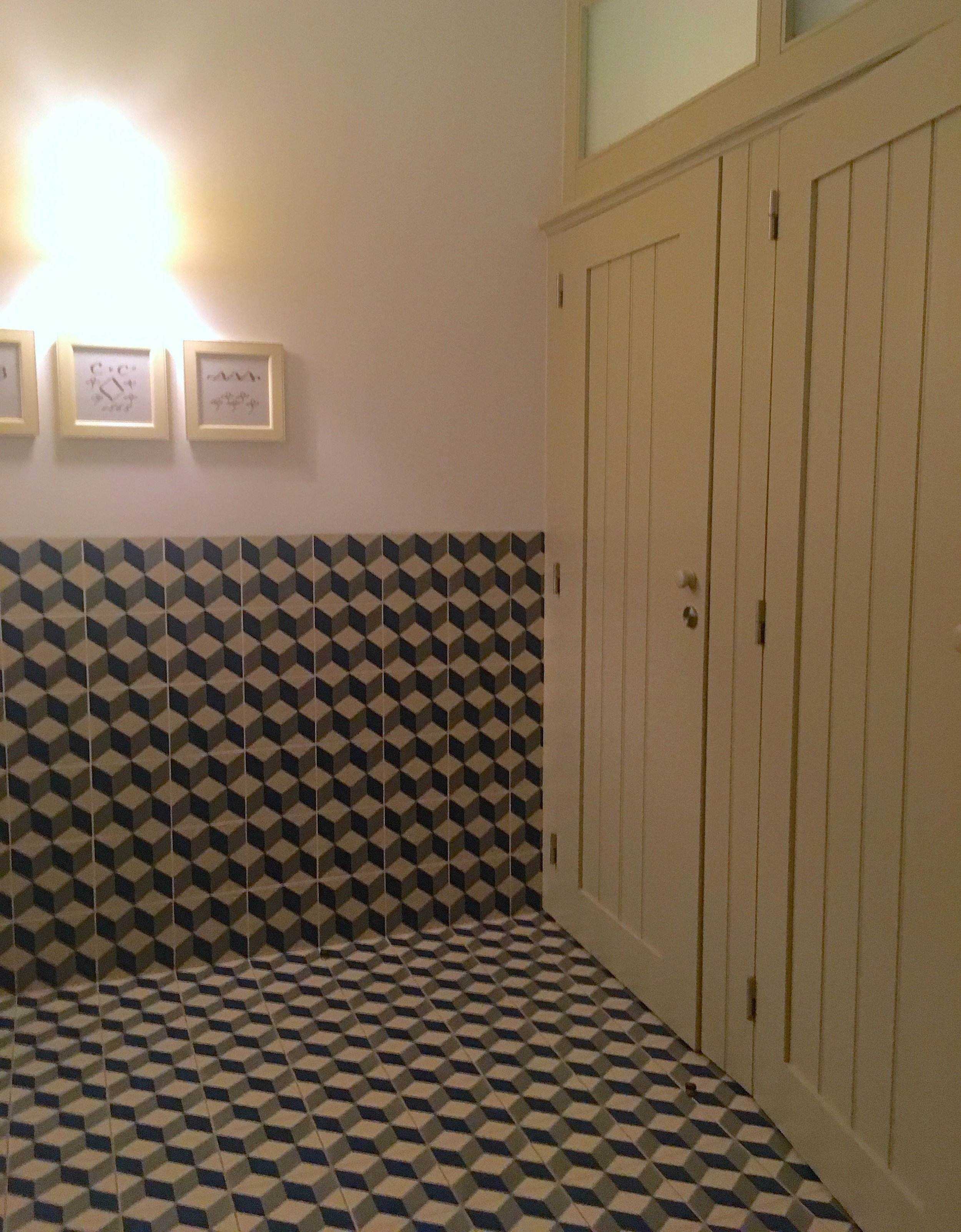 Tiled walls, tiled floors and panelled doors