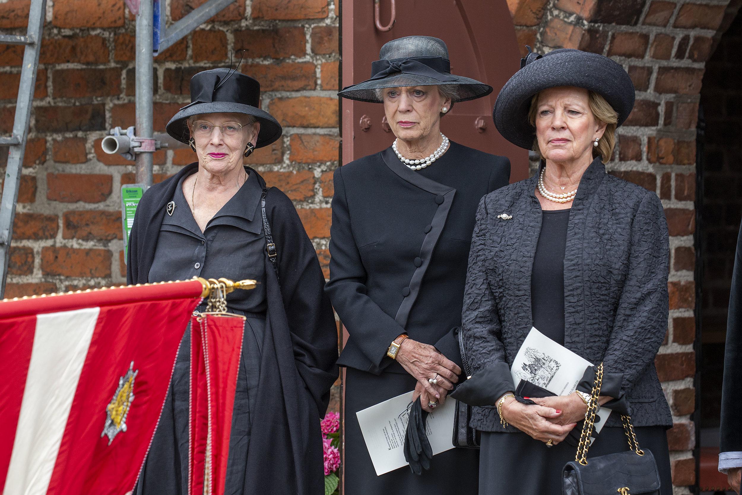 Tre søstre tager afsked med Prinsesse Elisabeth