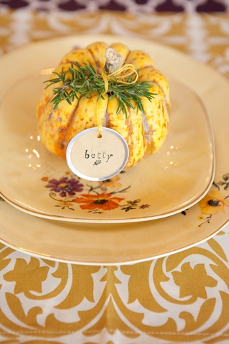 easy centerpiece ideas gold and white cotton table linens