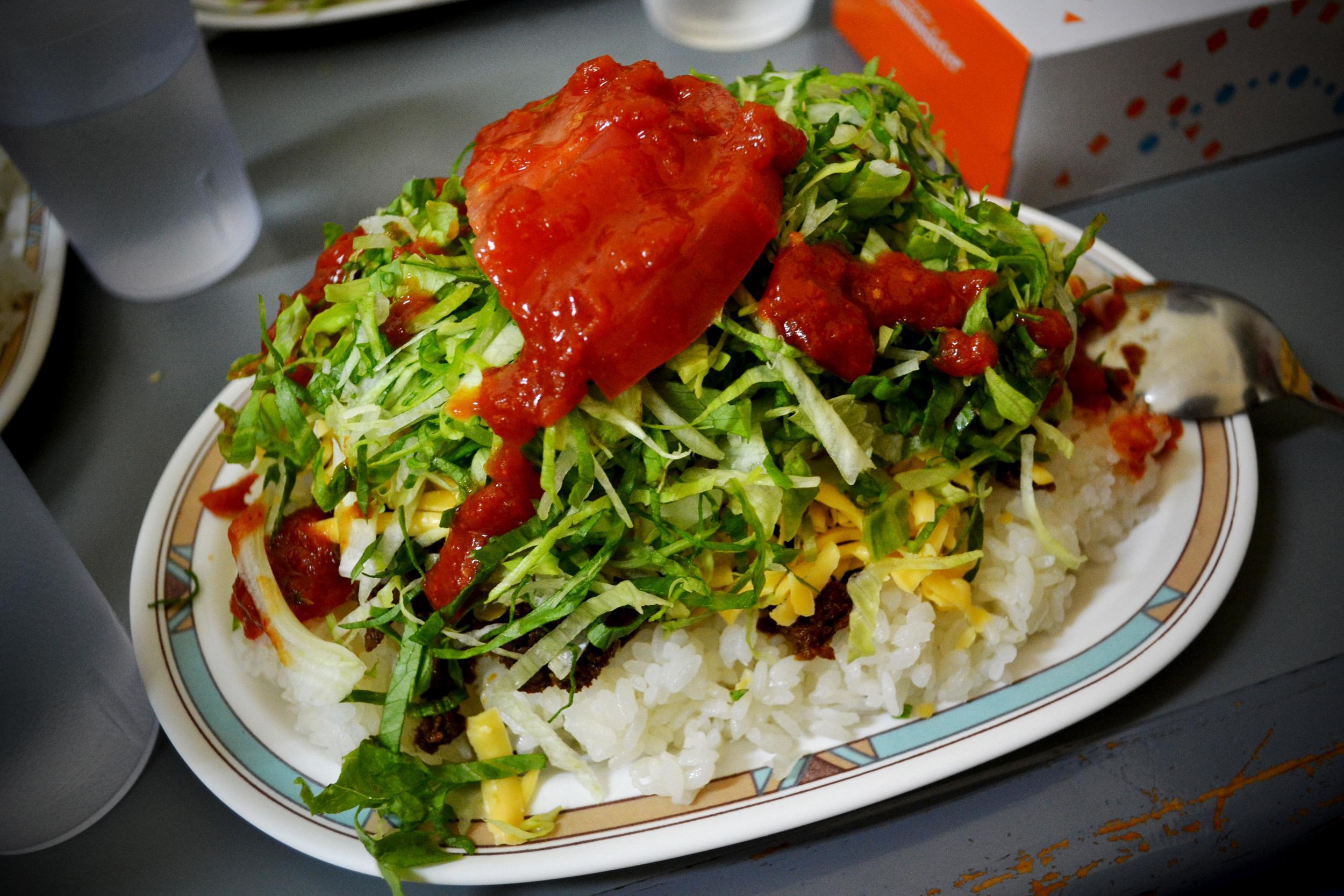 Taco Rice; plato okinawense con influencias de los mexicanos que trabajaban en las bases militares.