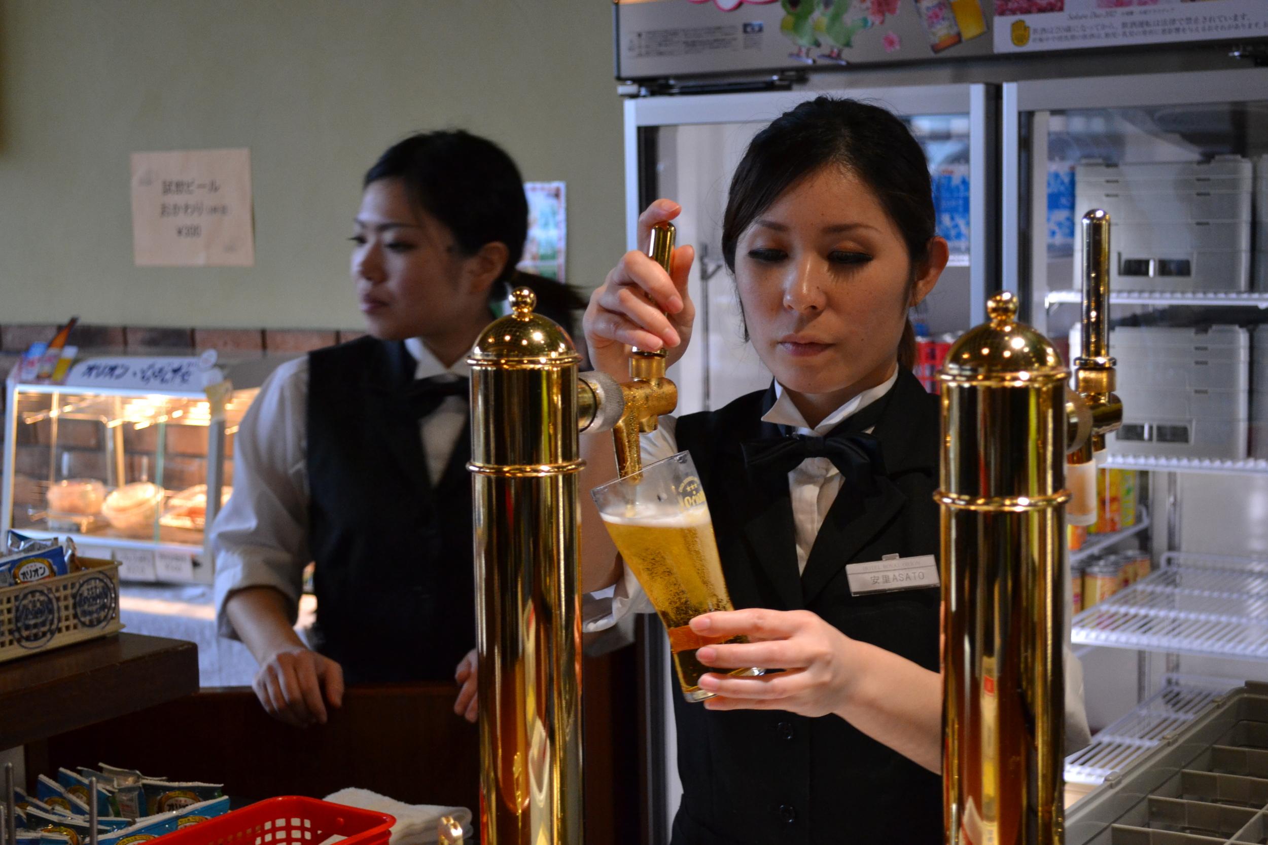 Así como en el norte de Japón se toma la cerveza 'Sapporo', en Okinawa y el sur de Japón se toma 'Orion'.