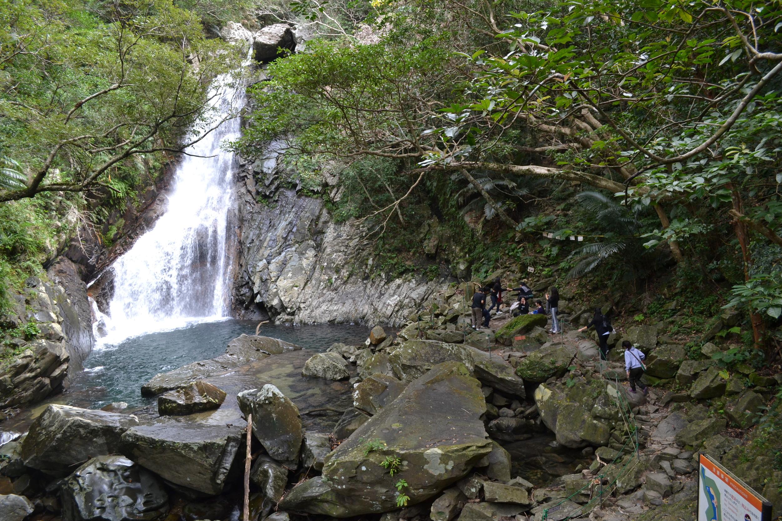 Durante el verano está abierto para poder bañarse bajo las cascadas.