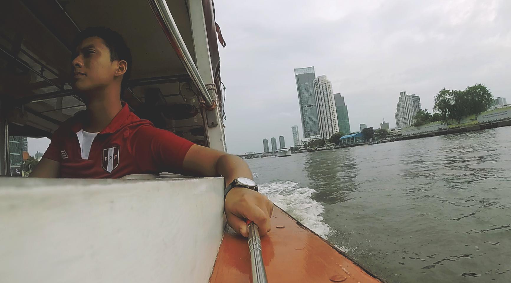 La lancha colectiva es una manera económica de viajar por Bangkok.