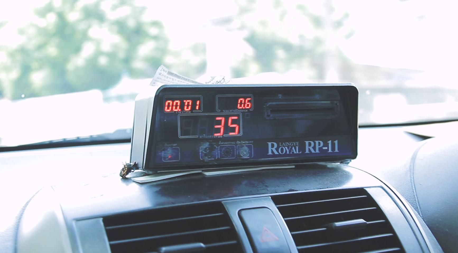 Siempre pidan que los taxistas usen el taxímetro. Así siempre les va a salir más barato.