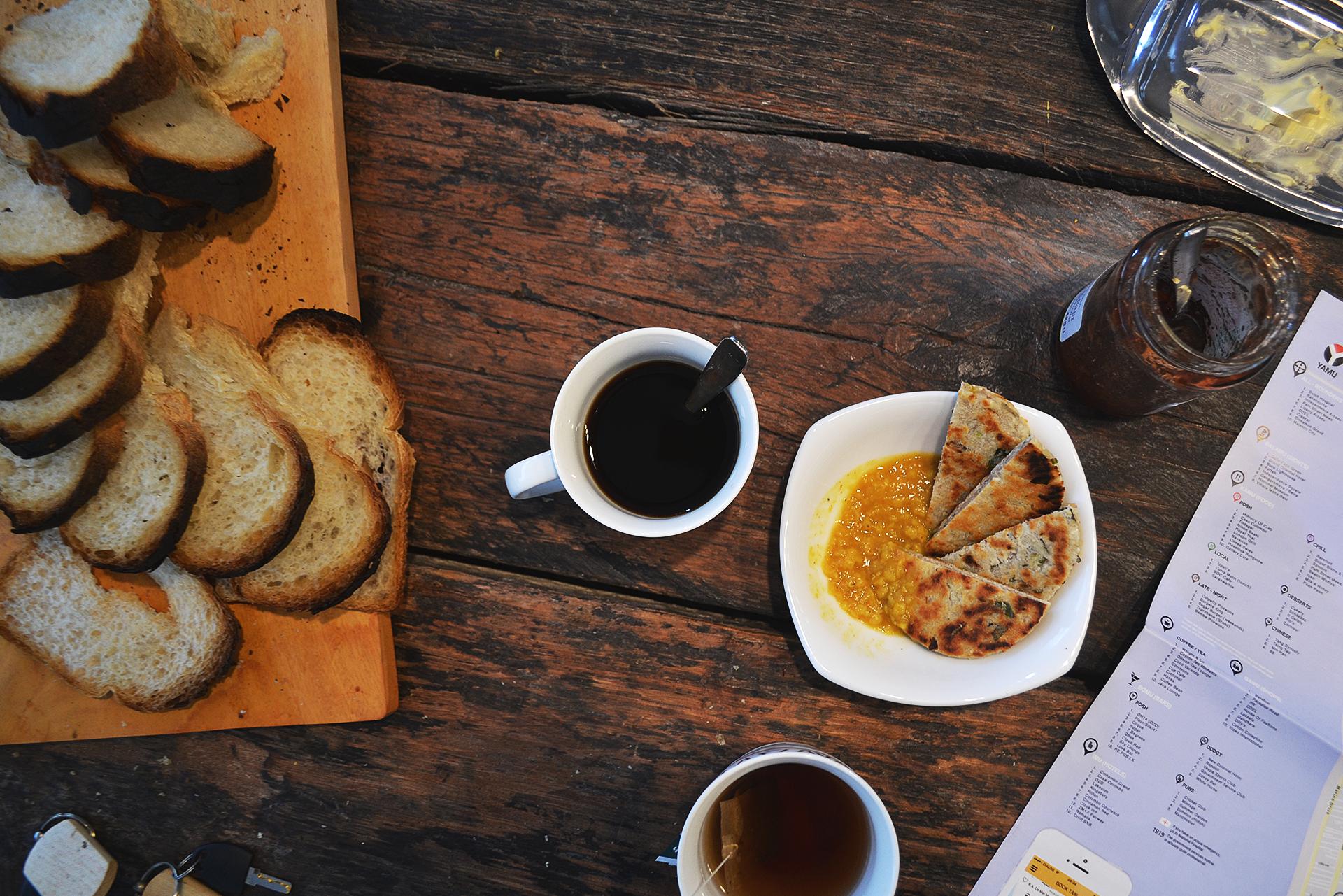Café, tostadas, curry, string hoppers y por supuesto té.