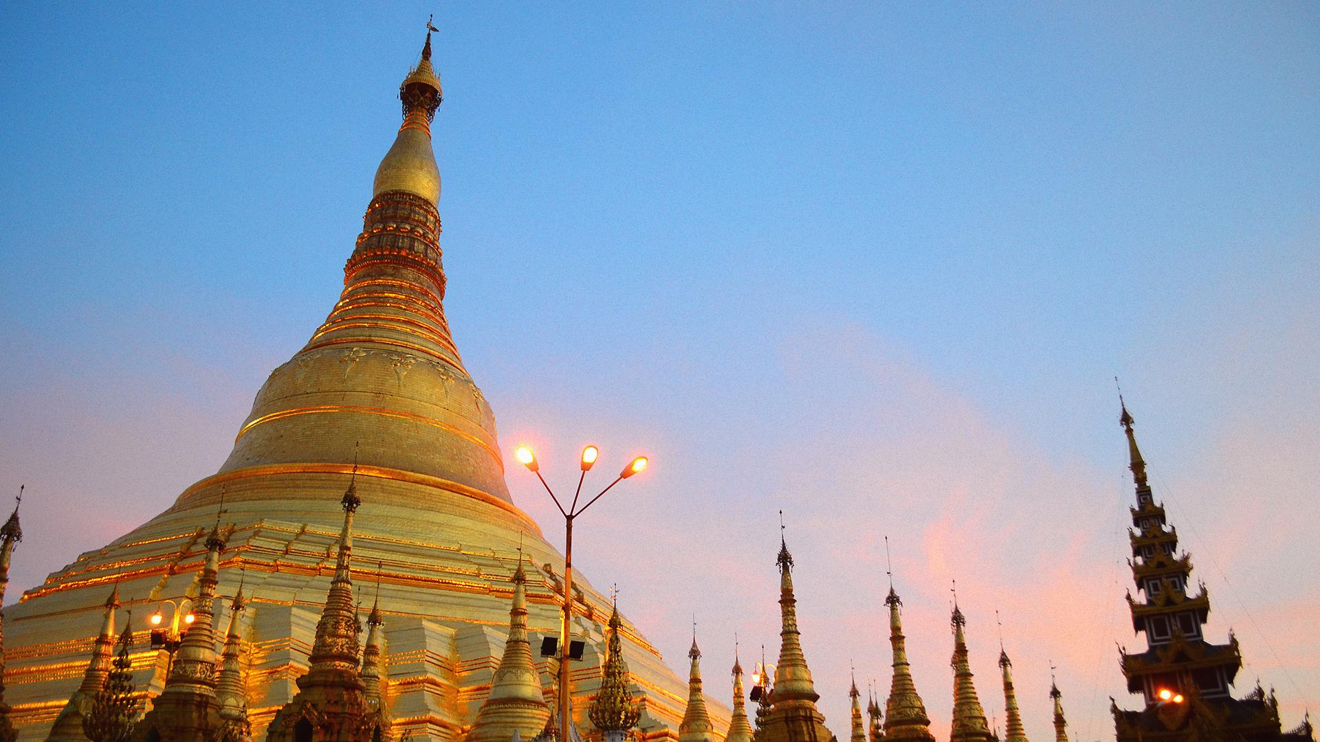 Shwedagon Pagoda al sunset.