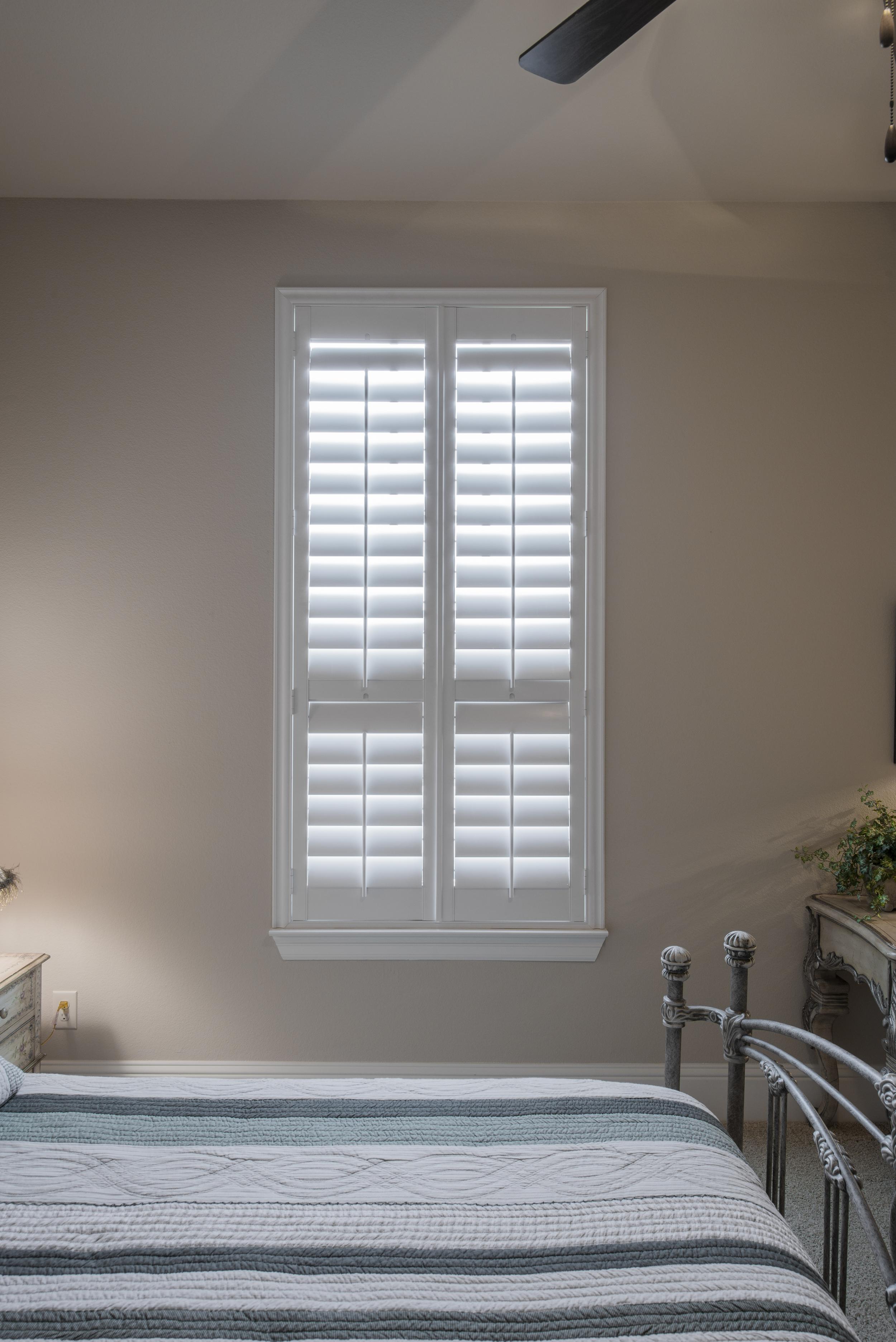 """Broadleaf™ Pure White,  3 1/2"""" Louver   2 1/2"""" Deluxe Z Frame, Standard Tilt  Divider Rail at window break"""