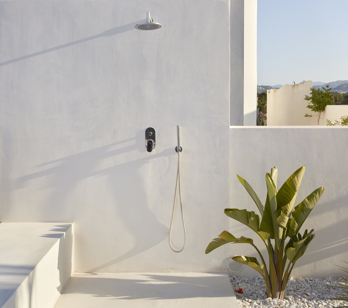 5. Opt for Minimalism - Take full advantage of the fresh, open air. To incorporate a more modern element, opt for clean lines and a sleek, modern shower-head.