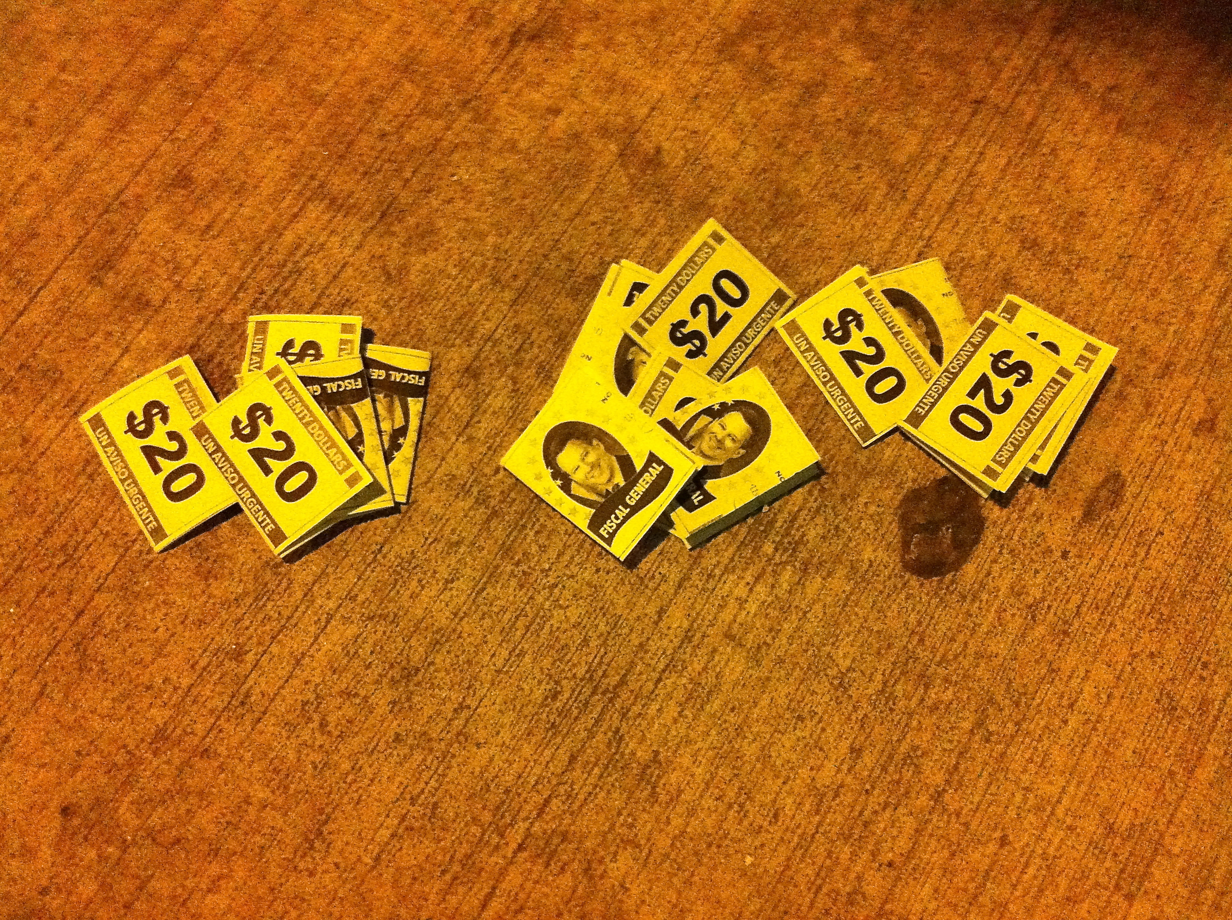 En un acto de  desobediencia civil , Progreso Queens (El Progreso de Queens) tiró folletos pequeñospor loslados de las calles en partes de los barrios de  Jackson Heights ,  Elmhurst , y  Corona , en Queens, para llamar la atención a la investigación estancada por el  Fiscal General  del Estado,  Eric Schneiderman  (D-Nueva York) en las prácticas de negocio de  Herbalife Ltd . Los activistas y los inversionistas de Wall Street acusan Herbalife de operar como un  esquema piramidal que se informa de explotar en gran medida a la comunidad hispana en Queens. Los folletos se publicaron en español. Origen de la Photo : Louis Flores