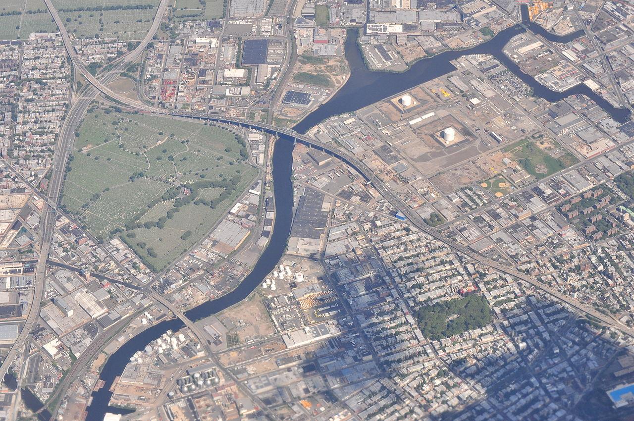 A 2013 aerial photograph of  Newtown Creek . Source : CC BY-SA 2.0 Joe Mabel/Wikipedia
