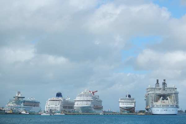 Oasis dwarfs even large cruise ships in Nassau,Bahamas