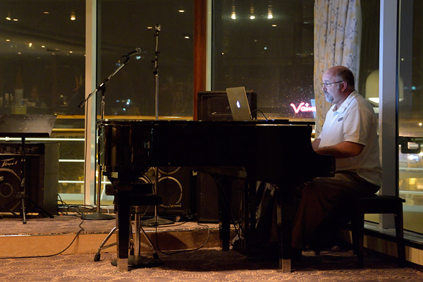 The piano player performing at La Pallette