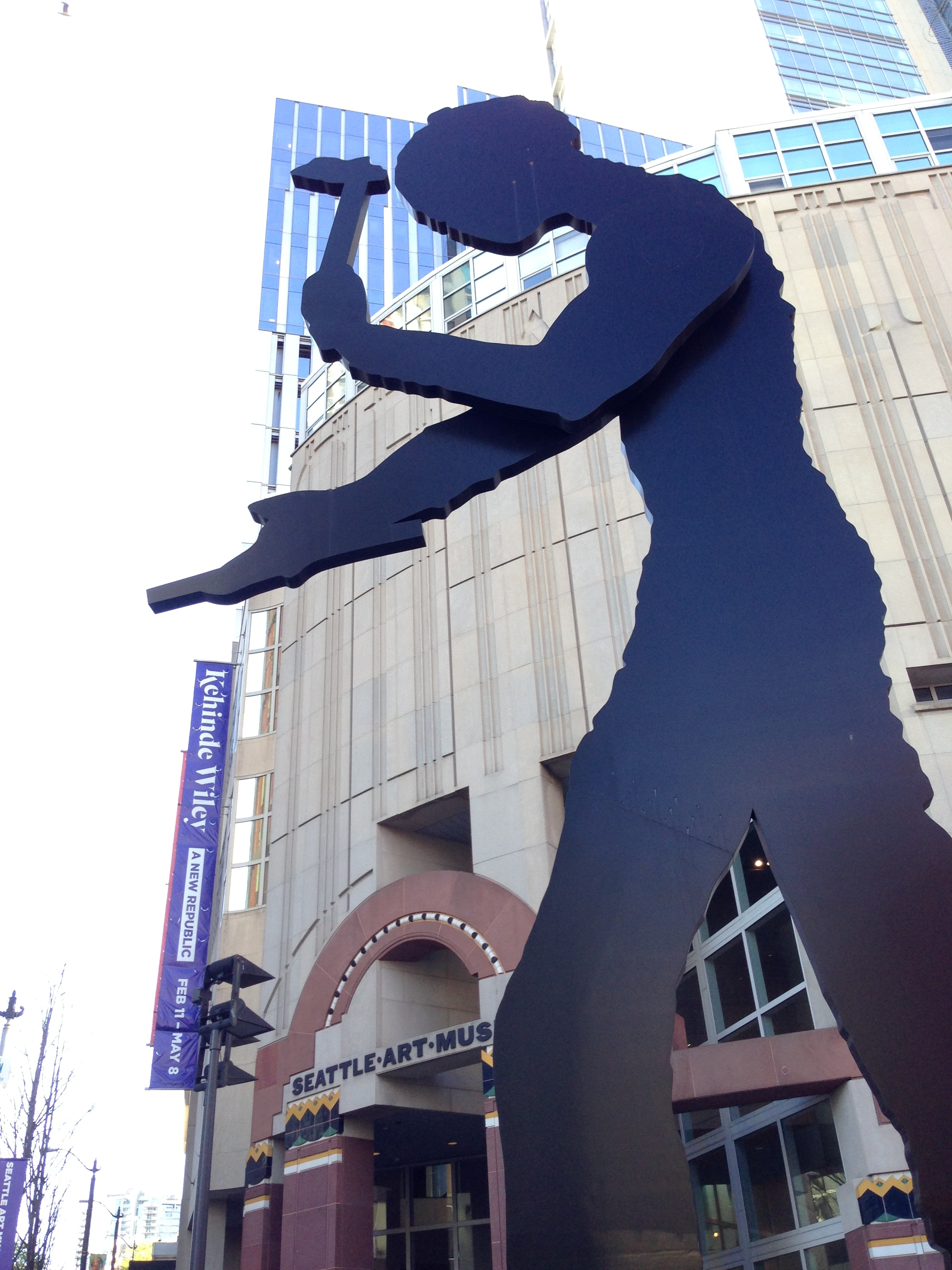 The Seattle Art Museum on First features a large dynamic sculpture of the Hammering Man by Jonathan Borofsky in front. (photo by Kathy)